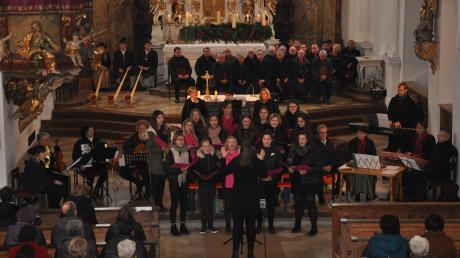 Adventliches Singen und Musizieren in St. Andreas: Bereits die im Altarraum platzierten Gruppen boten ein eindrucksvolles Bild.