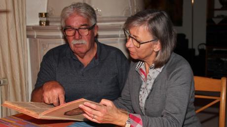 Vieles gibt es für Alfons Müller und Gerda Ellmann in dem alten Protokoll- und Chronikbuch zu entdecken. Es reicht bis in das Gründerjahr 1898 zurück.