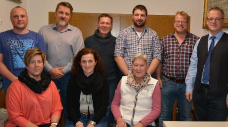 Das Bild zeigt die Nominierten von links sitzend: Jessica Tatka, Christiane Müller und Gudrun Herden sowie stehend: Peter Epp, Radim Tatka, Rudolf Schäfer, Andreas Bader, Jörg Käufler und den amtierenden Bürgermeister Günther Fuchs.