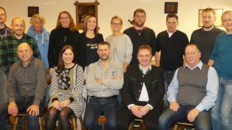 Das Bild zeigt die Bewerber der Freien Wählergemeinschaft Kettershausen für den Gemeinderat zusammen mit ihrem Bürgermeisterkandidaten Markus Koneberg (sitzend, Zweiter von rechts).