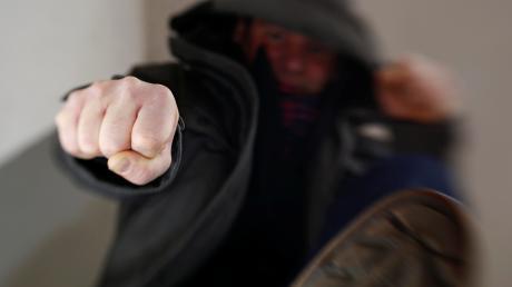 Tritte und Schläge soll es bei einer Auseinandersetzung auf einem Illertisser Schulhof im März gegeben haben.
