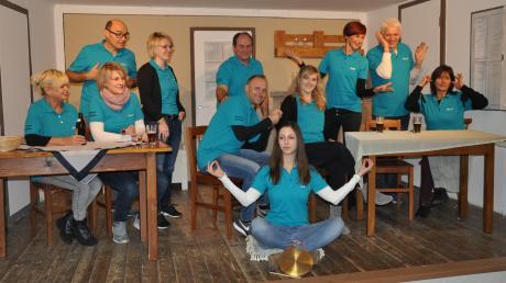 """Die Hobby-Akteure der Theatergruppe Oberroth um Regisseur Walter Brönner (links stehend) führen heuer die Komödie """"Die Hochzeits(ver)planer"""" auf."""