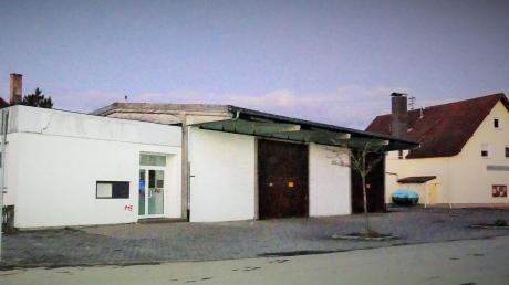 Auf dem Gelände der ehemaligen Illertisser Bank soll der neue Dorfladen gebaut werden. Recht im Bild ist der bestehende Dorfladen zu sehen.