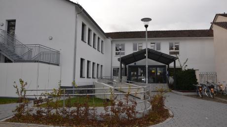 Das neue Hauptportal im Norden ermöglicht den barrierefreien Zutritt in die Schule wie in die Turn- und Festhalle, die für viele öffentliche Veranstaltungen genützt wird.