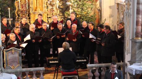 """Musiker aus Oberroth, Unterroth und Rennertshofen gaben ein Adventskonzert in der St.-Stephanus-Kirche in Rennertshofen. Am Ende stimmten die Chöre mit den Besuchern das Lied """"Wachet auf, ruft uns die Stimme"""" an."""