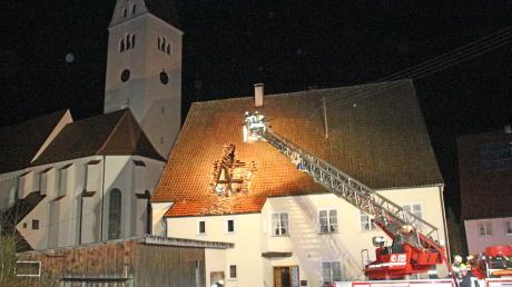 """Rund 90000 Euro Schaden: Das ist laut Polizei das Ergebnis eines Dachstuhlbrands im ehemaligen Dorfgasthof """"Krone"""" in Kirchhaslach."""