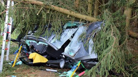 Zwischen Kirchhaslach und Ebershausen prallte eine 42-jährige Autofahrerin mit ihrem Wagen gegen zwei Bäume.