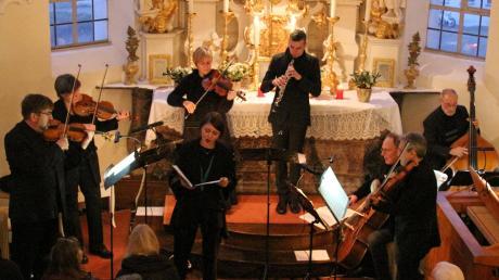Die Abendmusik unter der künstlerischen Leitung von Günther Luderer (links außen, erste Violine) bot eine gehaltvolle Einstimmung auf Weihnachten.