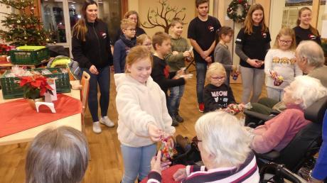 Im Haus Elfriede freuen sich die Senioren über die selbstgemachten Plätzchen der Altenstader Kinder. Die waren einen ganzen Tag mit backen und verzieren beschäftigt.
