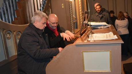 Der Babenhauser Organist Wilhelm Schneider (links) lässt sich von dem Orgelsachverständigem Pater Stefan Kling die Möglichkeiten der frisch renovierten Orgel in der Kettershauser Pfarrkirche St. Michael erklären.
