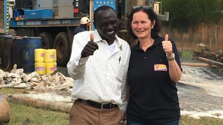 Silvia Rohrhirsch freut sich: Der Schulbrunnen in Eldoret ist gebohrt.