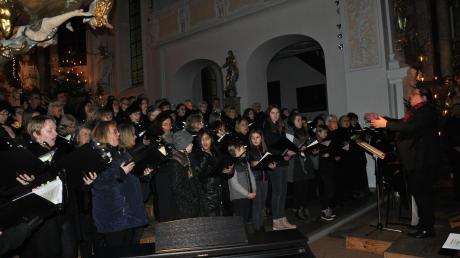 Bei einem festlichen Weihnachtskonzert bot die Liedertafel Babenhausen gemeinsam mit der Schwäbischen Chorgemeinschaft Ichenhausen und dem Mozartchor Augsburg sowie Solisten, unter Leitung von Dirigent Daniel Böhm, eine besinnliche Stunde zum Innehalten.  r