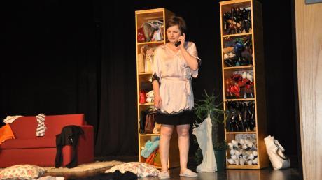 Zwischen Schuh-Regalen und herumliegenden Kleidungsstücken rechnete Cavewoman Heike Feist im Theater am Espach mit der Spezies Mann ab.