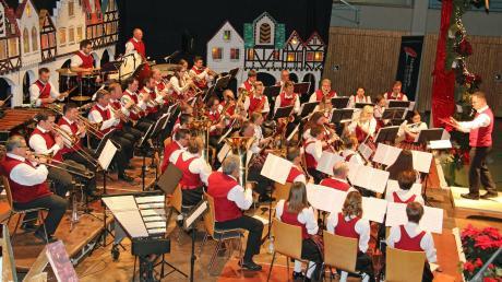 """Vor wie immer stimmungsvoller Kulisse ging in Dietenheim das Jahreskonzert der Juka """"BaDiWa"""" und der Stadtkapelle über die Bühne."""