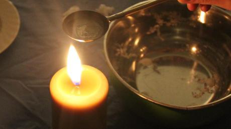 Bleigießen (beziehungsweise Wachsgießen) ist eine beliebte Methode, um in der Silvesternacht mehr über das neue Jahr zu erfahren.