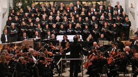 Kirchenchor und Kammerorchester geben Bach zum Besten.