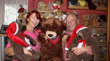 Helmut Klüter und Christa Mosler gehen einem tierischen Hobby nach: Die beiden haben in fast zwei Jahrzehnten mehr als 800 Teddybären gesammelt.
