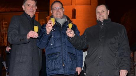 Ein erstes Prosit aufs neue Jahr, von links: Jürgen Eisen, Andreas Specker, Hans-Joachim Scharrer vor der Stadtpfarrkirche St. Martin.