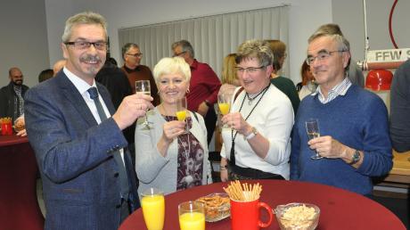 Gemeinsam mit Vertretern der Vereine sowie Bürgerinnen und Bürgern stieß Gemeindeoberhaupt Hans-Peter Mayer (links) auf das Jahr 2020 an.