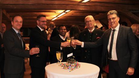 Sie haben das neue Jahr willkommen geheißen (von links): Zweiter Bürgermeister Dieter Miller, Pfarrer Thomas Brom, Pater Jaimon José Thandapilly, Hubertus Fürst Fugger-Babenhausen und Bürgermeister Otto Göppel.