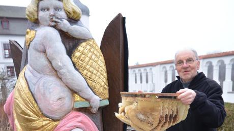Die Figurenbeuten wie das kunstvolle Exemplar im Hof des Illertisser Vöhlinschlosses betreut Walter Burger als ehemaliger Vorsitzender des Kreisimkerverbands auch weiterhin.