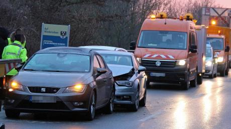 Es krachte am Mittwochmorgen auf dem Autobahnzubringer im Bereich der Illerbrücke südlich von Illertissen.