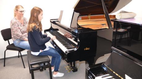 Besonders stolz sind die Musiker an der Musikschule Dreiklang auf den Unterrichtsraum mit Flügel und Klavier in Bellenberg. Auf unserem Bild unterrichtet Karin Röder ihre Schülerin Anna-Lena Groß.