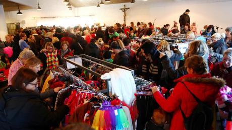 Im Saal der Pfarrgemeinde Illertissen war der Andrang am Freitag groß. Um Punkt 15 Uhr stürmten die Narren den Kostümverkauf.