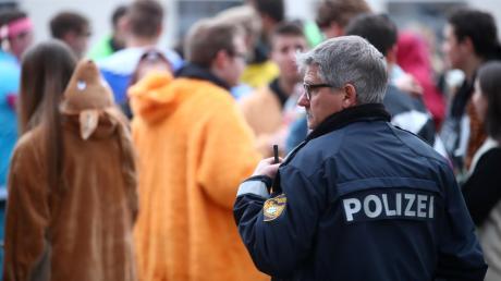 Die Polizei hat beim Fasnachtsumzug in Illertissen genau hingeschaut. Die Verantwortlichen sind sich sicher, dass durch die Vielzahl von Einsatzkräften manche Situation rechtzeitig entschärft werden konnte. Trotzdem gab es am Samstag jede Menge zu tun.