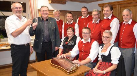 Bürgermeister Gerhard Struve stößt mit Pfarrer Johann Wölfle an. Mit dabei sind die Unterrother Sänger und die Saitenmusik.