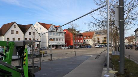 Die Masten stehen bereits: Über die Wasserspiele am Illertisser Marktplatz wird bald ein Sonnensegel gespannt.