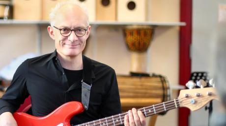 Thomas Dirr, 55, ist seit Jahresbeginn Leiter der Musikschule Weißenhorn. Der Bassist ist auch als aktiver Musiker in der Region bekannt, in seiner neuen Funktion gibt er weiterhin an zehn Stunden pro Woche Unterricht.