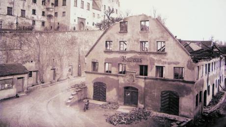 Das eindrucksvollste Bild des neuen Babenhauser Geschichtsbuches dürfte dasjenige mit der Ruine des 1947 abgebrannten Rathauses sein.