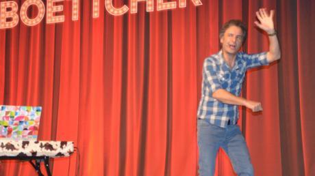 Chris Boettcher überraschte sein Publikum in der Aula des Kollegs mit witzigen Darstellungen, indem er Künstlerkollegen karikierte.
