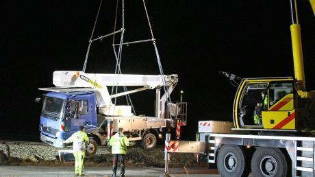 Mit schwerem Gerät rückte ein Bergungsunternehmen in Altenstadt an, um einen verunglückten Lastwagen aus dem Gleisbett der Illertalbahn zu holen.