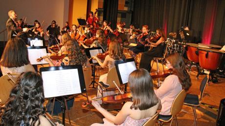 Das Kammer Kolleg Orchester entführte mit seinem Leiter Peter Hupfer im zweiten Teil des Neujahrskonzerts im Kolleg der Schulbrüder in die grandiose Melodienwelt der jüngeren Filmgeschichte.