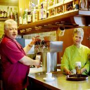 Gottfried Kuisl, Inge Eckel und Kathi Eckel (von links) schenken bald die letzten Gläser Bier im Rathaus-Stüberl aus. Die Wirte haben das langjährige Pachtverhältnis beendet – und betreiben künftig den Catering-Service von Christertshofen aus.