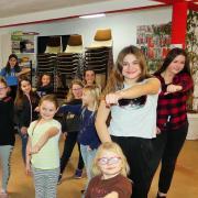 Die 14-jährige Kim Janda und die zwölfjährige Sarah Barabeisch (beide rechts) hatten die Idee für die Dance Company und leiten diese auch.