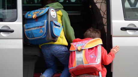 """Trotz Schulbus oder geringer Distanz bringen viele Eltern ihre Kinder mit dem Auto zur Schule. Tempolimits, verkehrsberuhigte Bereiche und Aktionen wie der """"Laufbus"""" an der Illertisser Grundschule sollen Probleme vermeiden."""