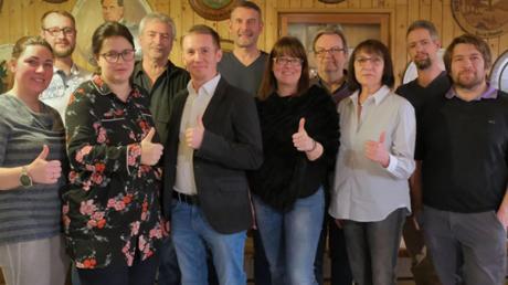 Die Unabhängige Wählergemeinschaft Buch stellt 14 Frauen und Männer als Kandidaten für die Marktratswahl sowie Marcel Siedlaczek (Fünfter von links) als Kandidaten für die Bürgermeisterwahl auf.