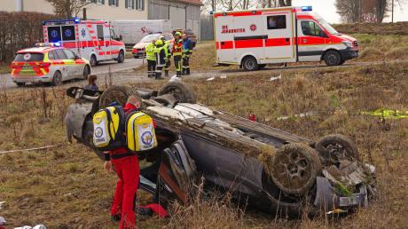 Mehrfach überschlagen hat sich ein mit drei Personen besetztes Auto zwischen Deisenhausen und Ingstetten. Alle drei Insassen wurden schwer verletzt.