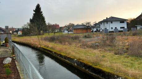 Im Bereich zwischen Filzinger Straße und Mühlbach könnte in Altenstadt ein neues Baugebiet entstehen. Noch sind aber einige Hürden zu überwinden.