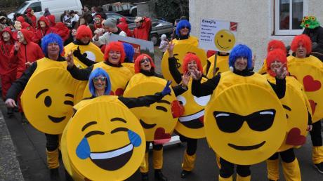 """Zeichen aus der digitalen Welt tauchten auf dem Faschingsumzug in Kettershausen auch in analoger Form auf: Die Emojis des TSV Kettershausen-Bebenhausen setzten auf """"Bauchgefühle""""."""