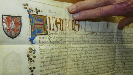 Diese Ablassurkunde aus dem Jahr 1464 ist das wohl wertvollste Stück im Pfarrarchiv: Die Farben der kunstvollen Verzierungen sind noch sehr gut erhalten. Die kunstvolle Schrift ist mit Gold überzogen, das Rechbergwappen mit Silber.