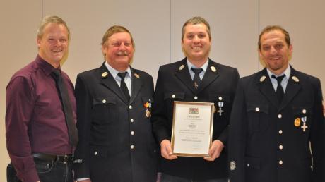 Für 25 Jahre aktiven Dienst in Dietershofen erhielt Markus Wegele das Feuerwehr-Ehrenzeichen. Gratuliert hat Kommandant Karl Danner.