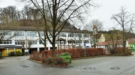 Im Bereich des Grüngutcontainers soll ein Fußweg angelegt und ein Zebrastreifen über die Altenstadter Friedhofstraße geführt werden. Der Schulweg, der dann künftig in Richtung Wasserpocket führt, soll dadurch sicherer werden.