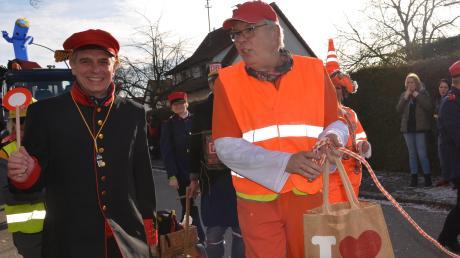 Bahnwärter Jürgen Eisen, außerhalb der Faschingszeit im Hauptberuf Illertisser Bürgermeister, sorgt für Sicherheit am Auer Bahnübergang. Die Schranken sind derzeit nämlich defekt.