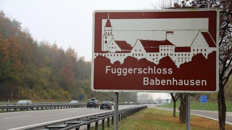 Die Marktgemeinde Babenhausen darf weiter auf einer Hinweistafel an der A7 für ihr Fuggerschloss werben. Ein neuer Standort wurde gefunden.