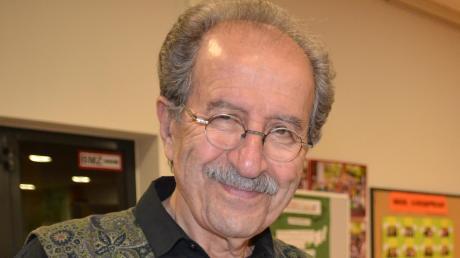 Autor Rafik Schami hatte nach seiner Lesung in Illertissen viele Bücher zu signieren, unter anderem auch für Christoph Konrad aus Weißenhorn.