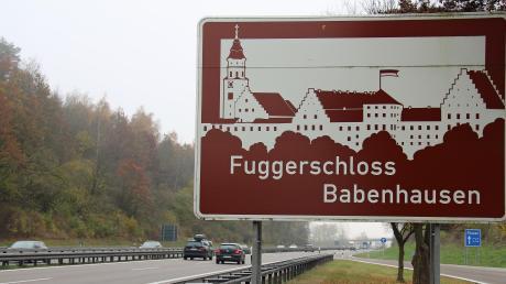Auch in Fahrtrichtung Norden soll ein Hinweisschild an der A7 bei Illertissen künftig auf das Fuggerschloss in Babenhausen hinweisen.